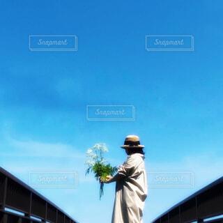歩道橋で花束を持っている女性の写真・画像素材[4539276]