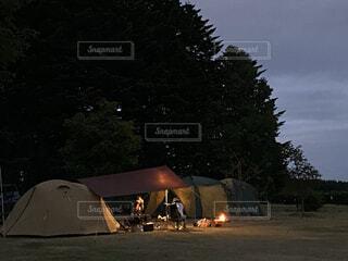 キャップ、テントの明かりの写真・画像素材[4564126]