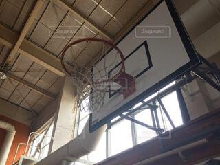 学校の体育館にあるバスケットゴールの写真・画像素材[4624721]