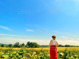 夏の赤いワンピースコーデの写真・画像素材[4643468]