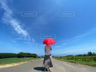 傘をさしている人の写真・画像素材[4645346]