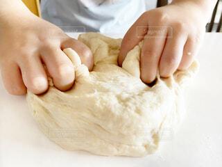 パン作りをしている子供の手とパン生地の写真・画像素材[4868552]