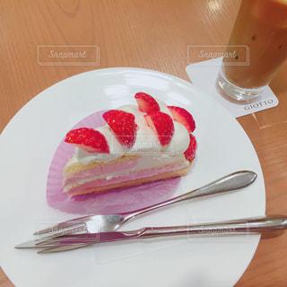皿の上のケーキの一部の写真・画像素材[1486422]