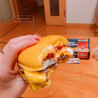 木製のテーブルの上に座ってサンドイッチの写真・画像素材[1488852]
