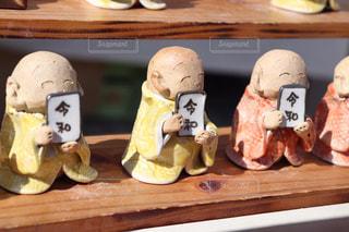 木製のテーブルの上の食べ物の写真・画像素材[2102958]