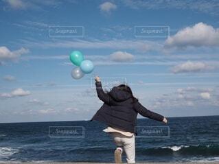 海と風船と女性の写真・画像素材[3991918]