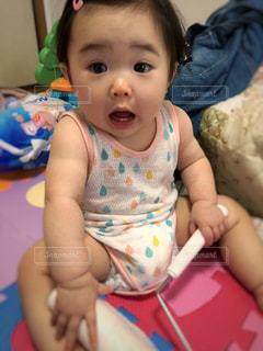 赤ちゃん謎のびっくり顔の写真・画像素材[1489686]