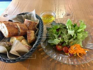 フランスパンとサラダの写真・画像素材[2486918]