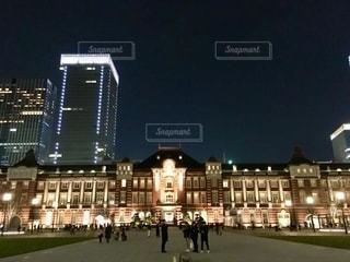 夜にライトアップされた都市の写真・画像素材[2725084]