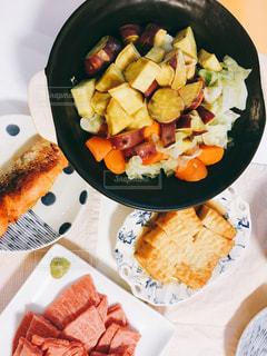 食べ物,秋,食卓,ピンク,カラフル,サラダ,肉,お肉,さつまいも,いも,食欲の秋,初秋,多色,秋色サラダ
