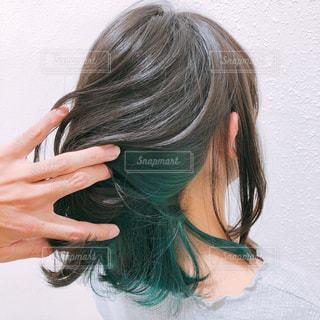 髪がセミロングでインナーカラーグリーンの女性の写真・画像素材[2282812]
