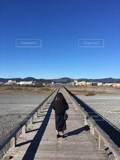 女性,空,橋,晴天,後ろ姿,人物,人,日中
