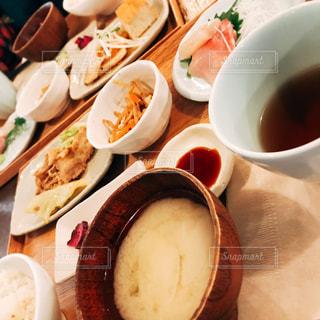 食べ物,食事,スープ,昼食,味噌汁,和食,定食,刺身,きんぴらごぼう,生姜焼き
