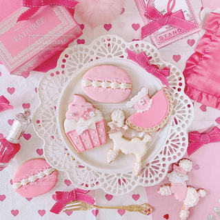 テーブルの上に座っているケーキの写真・画像素材[1477136]