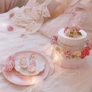 テーブルの上のピンクの花のグループの写真・画像素材[1477381]