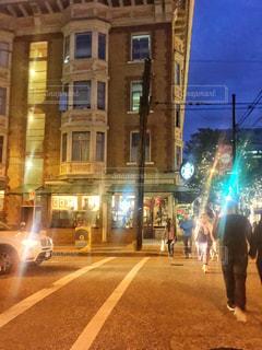 夜の街を歩いている人のグループの写真・画像素材[1683911]