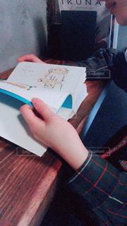 カフェで読書の写真・画像素材[2495016]