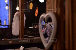 鏡の中の写真・画像素材[2649486]