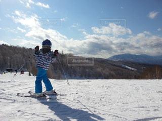 雪に覆われた斜面をスキーに乗る男の写真・画像素材[1514903]