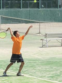ボールにラケットを振る人の写真・画像素材[1506526]