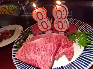 テーブルにバースデー ケーキのプレートの写真・画像素材[1512177]