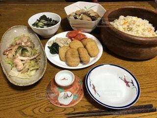 テーブルな皿の上に食べ物のプレートをトッピングの写真・画像素材[1659571]