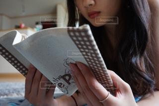 本を読んでリラックスの写真・画像素材[1544950]