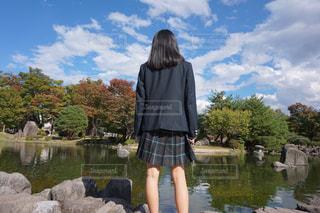 女性,学生,10代,自然,風景,空,公園,屋外,緑,青空,後ろ姿,池,景色,女子,高校生,制服
