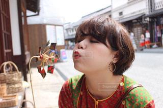 風車を吹く女の子の写真・画像素材[1491051]