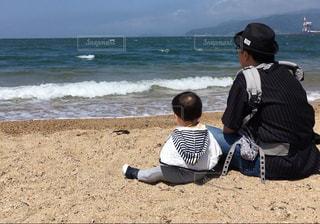 風景,海,ビーチ,親子,後ろ姿,波,水面,人物,背中,人,後姿,赤ちゃん,父親,男の子,福井,たそがれ,1歳児,気比の松原