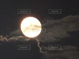 近く暗闇の中雲のアップの写真・画像素材[1483220]
