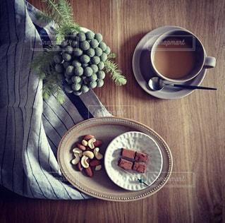 木製テーブルの上に座っているフルーツ ボウルの写真・画像素材[1485180]