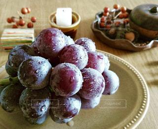 テーブルの上の葡萄🍇の写真・画像素材[1493596]
