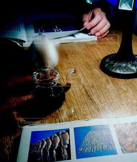 食卓で読書する人📚の写真・画像素材[1563400]