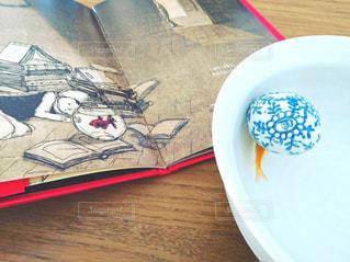 金魚の絵本と本物の金魚の写真・画像素材[1563406]