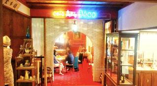 レトロでカラフルな店内に数人のお客さんの写真・画像素材[1566491]