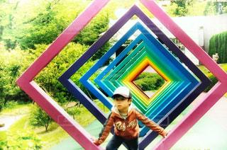 カラフルな遊具で遊ぶ少年の写真・画像素材[1583561]