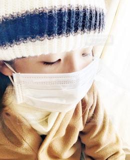 帽子をかぶってマスクをしている子供の写真・画像素材[1684764]