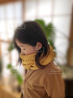 口元まで黄色いマフラーで覆った女の子の写真・画像素材[1684849]