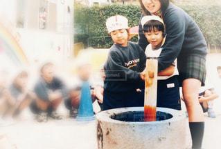 餅つきをしている子供達の写真・画像素材[1691462]