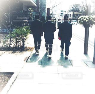 男性,後ろ姿,男,男子,街中,友達,帰り道,制服,複数,3人,学校生活