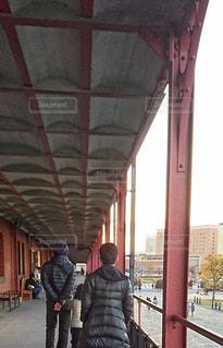 男性,冬,後ろ姿,建築物,夕方,男,旅行,横浜,鉄骨,赤レンガ倉庫,港町,複数,ダウン