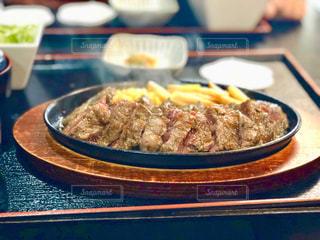 テーブルの上にステーキのプレートの写真・画像素材[1758724]