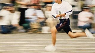学校のグラウンドで走る男の子の写真・画像素材[1820792]
