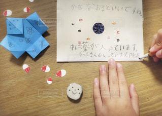 文字,屋内,手,手紙,机,消しゴム,メッセージ,手作り,木目,折り紙,文房具,鉛筆,手書き,クラフト,紙,薬,カード,お見舞い,手書き文字,元気になあれ,おみまい