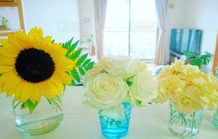 テーブルの上の花の花瓶、ヒマワリとバラとカーネーションの写真・画像素材[1943673]