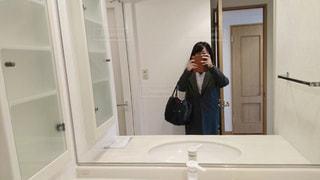 洗面所でスマートフォンで撮影する女性の写真・画像素材[1949449]