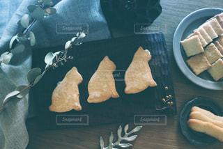 猫,スイーツ,葉っぱ,茶色,アンティーク,室内,デザート,おやつ,クッキー,テーブルフォト,ビスケット,ベージュ,木目,焼き菓子,ユーカリ,インテリアグリーン,リネン,焼き色,こげ茶,ファブリック,ミルクティー色