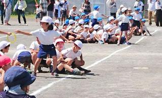 屋外,半ズボン,地面,小学生,校庭,グループ,運動会,赤白帽,体操服,リレー,バトン,子供達,ハーフパンツ,体操着,半袖,学校生活