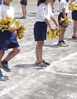 運動会でグラウンドで応援する体操服姿の子供達の写真・画像素材[2106774]